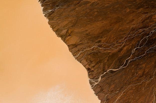 Les eaux usées sales sur le sol s'écoulent dans l'eau
