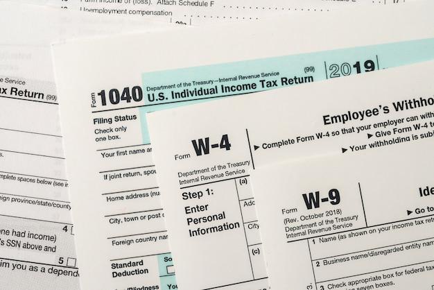 Les ébauches de papier de formulaire fiscal 1040, w4 et w9 se bouchent