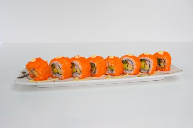 Ebiko farci d'avocat, kani, tamago, rouleau de sushi aux cornichons et sauce mayonnaise