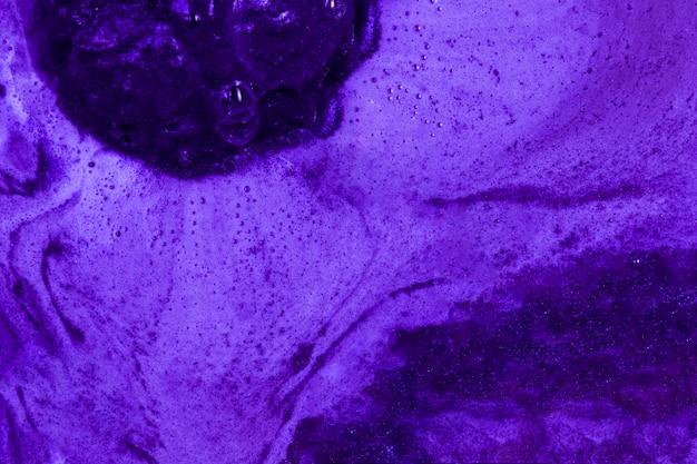Ébullition de liquide violet avec de la mousse