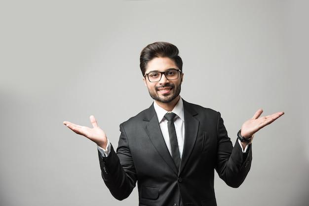 Écartez les deux mains par l'homme d'affaires indien, debout isolé avec les bras grands ouverts