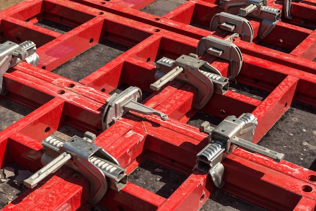 Echafaudages et supports avec éléments de fixation. matériaux et outils de construction