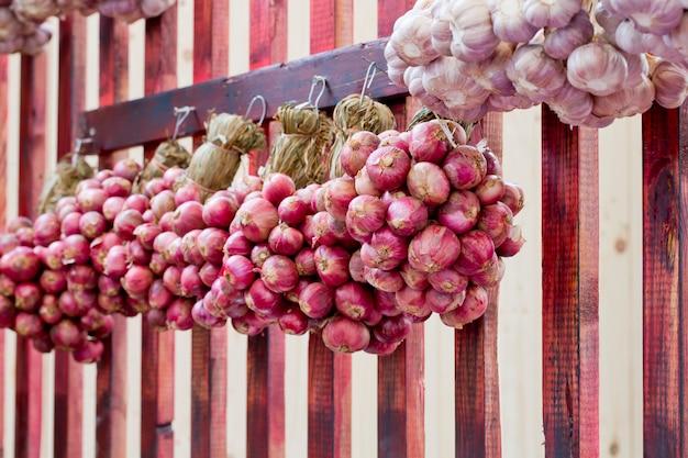 Échalotes suspendues dans le style du marché thaïlandais
