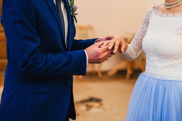 Échange d'anneaux mariée et le marié lors de la cérémonie de mariage
