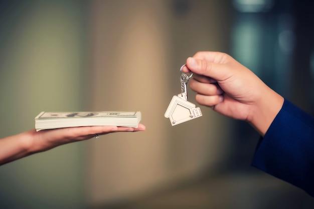 Échange d'argent contre les clés de la maison