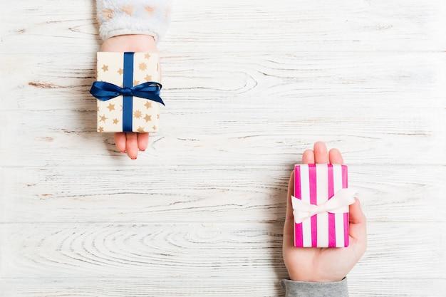 Échange de boîte-cadeau de noël sur fond coloré