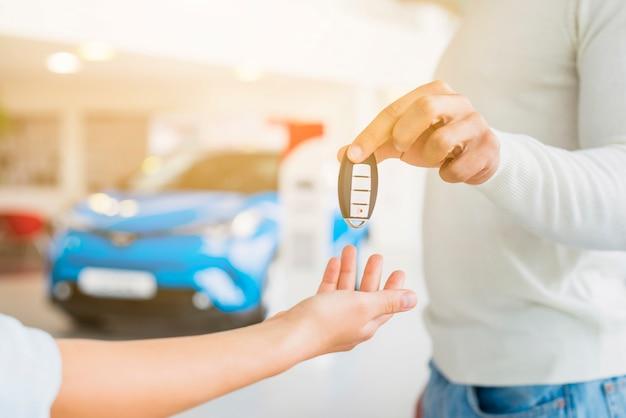 Échange de clés chez un concessionnaire automobile