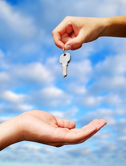 Échange de clés entre les mains. concept immobilier
