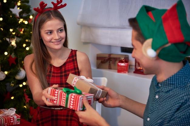 L'échange de coffrets cadeaux est leur tradition