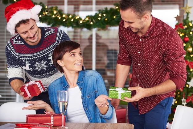 Échangez des cadeaux de noël par des collègues