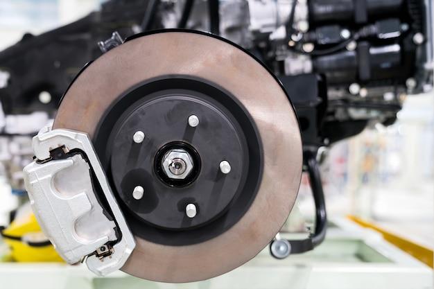 ? echanic dévissage des pièces automobiles tout en travaillant sous une auto levée