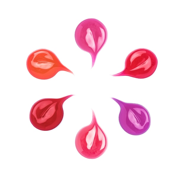 Échantillon de brillant à lèvres dans différentes nuances isolées sur blanc