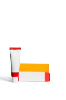 Échantillon cosmétique sur blanc, emballage cosmétique maquette, boîte cosmétique et tube
