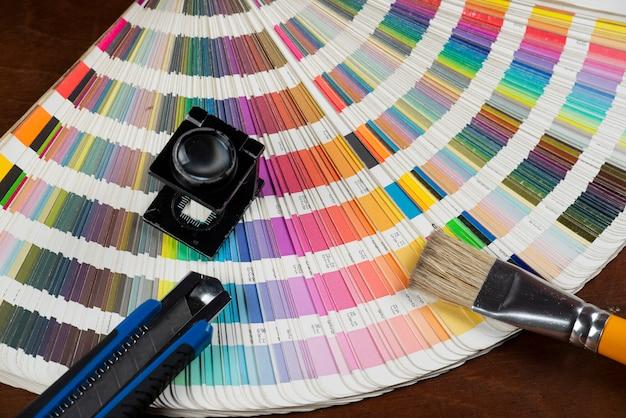 Échantillon De Couleur Imprimé Avec Quelques éléments De Travail De Conception Photo Premium