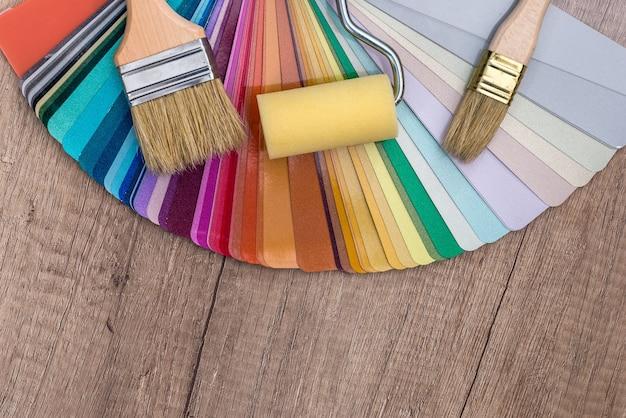 Échantillon de couleur avec pinceau et rouleau.