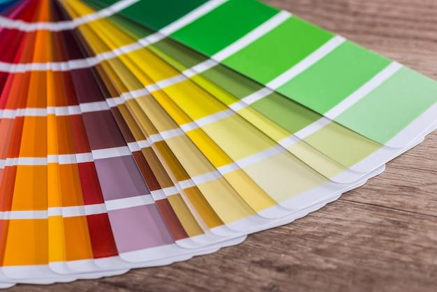 Échantillon de couleur sur table en bois comme arrière-plan