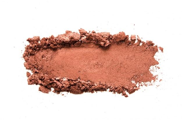 Échantillon de fard à paupières isolé. fard à paupières métallique brun écrasé. le concept de l'industrie de la mode et de la beauté. - image