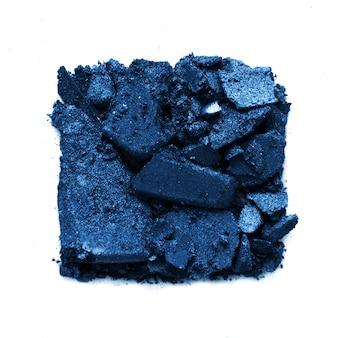 Échantillon de fard à paupières isolé sur fond blanc. couleur de l'année 2020 classic blue.