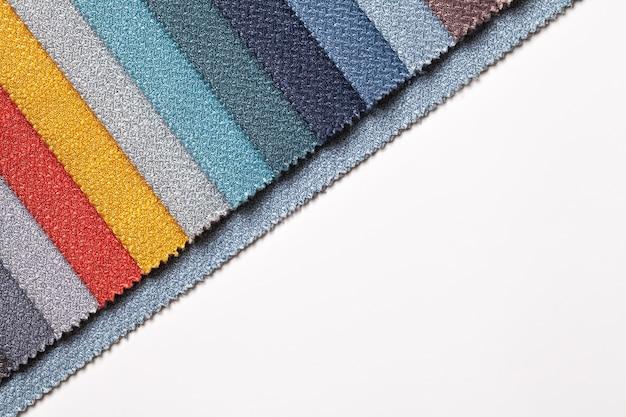 Échantillon de textiles de différentes couleurs, sur tableau blanc avec espace de copie.