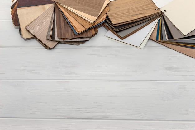 Échantillonneur en bois en éventail sur surface lumineuse