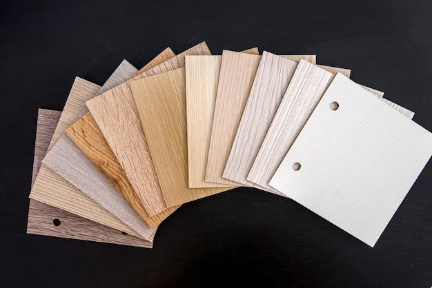 Échantillonneur en bois sur fond sombre se bouchent