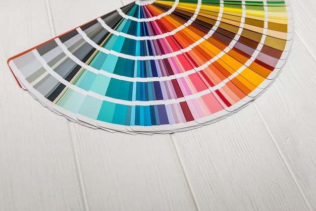 Échantillonneur de couleurs différentes sur fond de bois gros plan