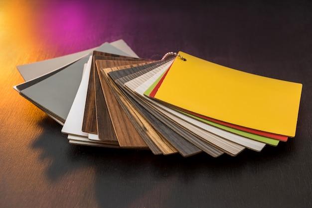 Échantillonneur de matériau en bois comme motif ou texture pour la maison intérieure de décoration design isolée sur fond noir. choix de bois franc