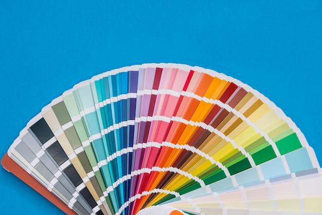 Échantillonneur de palette de couleurs, isolé sur bleu