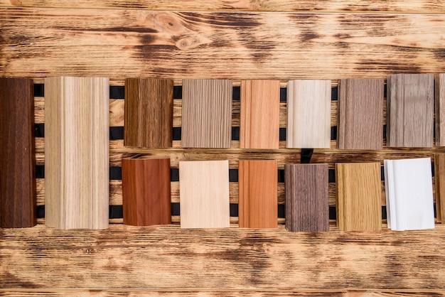 Échantillonneurs en bois sur table se bouchent.