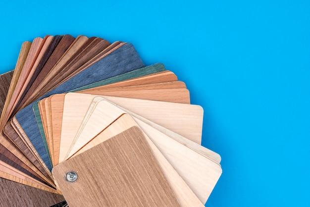 Échantillons en bois isolés sur fond bleu