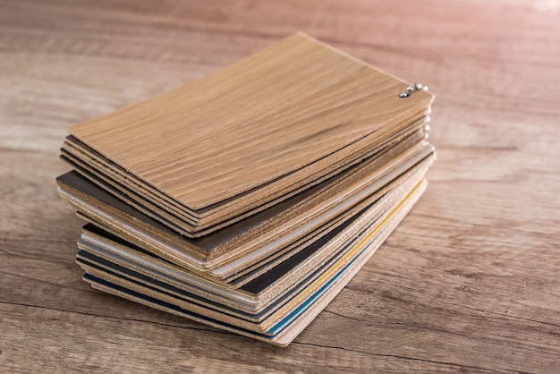 Échantillons en bois en tas sur table en bois