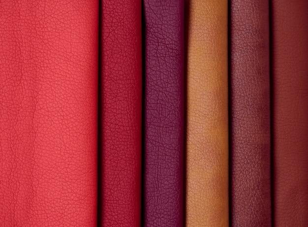 Échantillons de cuir de différentes couleurs.