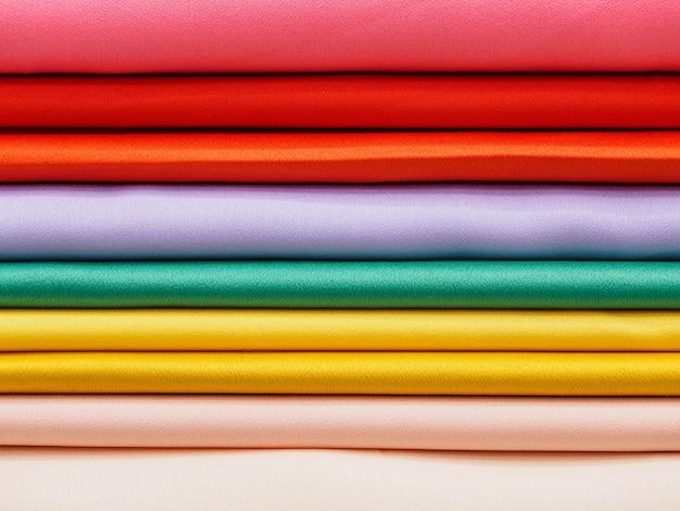 Des échantillons de gros plan de tissus satinés colorés.