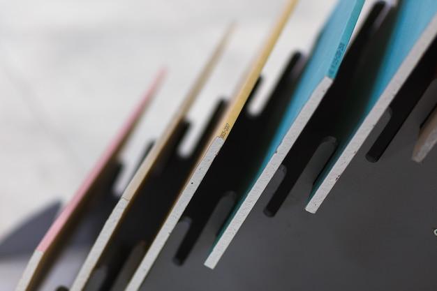 Échantillons multicolores de plaques de plâtre pour la décoration intérieure dans le magasin de matériaux de construction