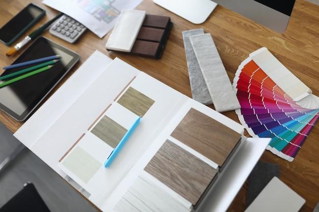 Des échantillons de produits avec palette de couleurs se trouvent sur la table.