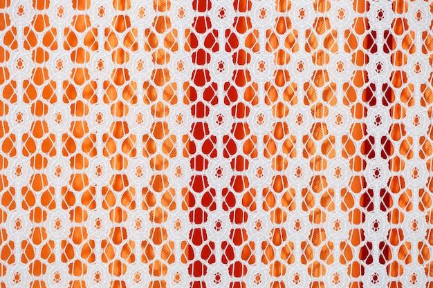 Échantillons de rideaux suspendus à des cintres sur rail en magasin. échantillons de texture de tissu sélection de tissus pour la décoration intérieure rideaux, tulle et rembourrage de meubles.