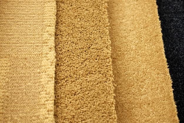 Échantillons de tapis colorés sur exposition pour la vente au détail