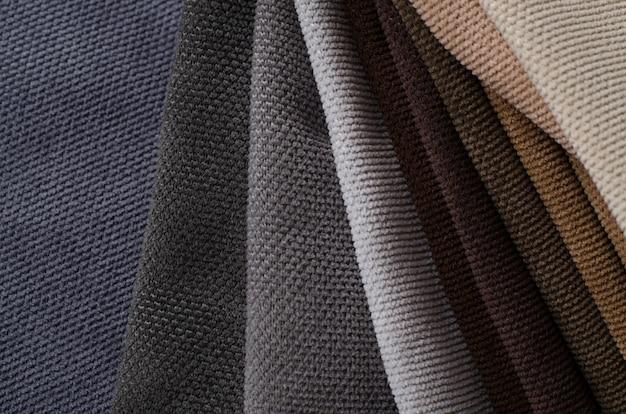 Échantillons de textile velours de couleurs marron, beige et gris. texture de tissu
