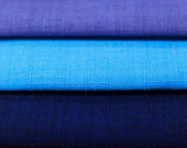 Échantillons de textiles. échantillons de textiles pour rideaux. échantillons de rideau de ton bleu suspendus.