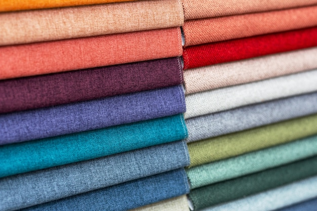 Des échantillons de tissu de différentes couleurs sont soigneusement pliés, une vue de face