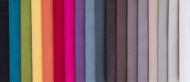 Échantillons de tissus d'ameublement colorés en magasin