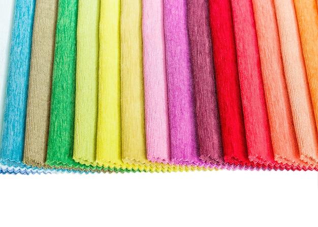 Échantillons de tissus colorés sur fond blanc. collecte d'échantillons