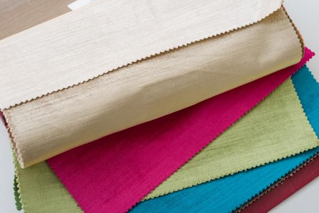 Échantillons de tissus intérieurs colorés