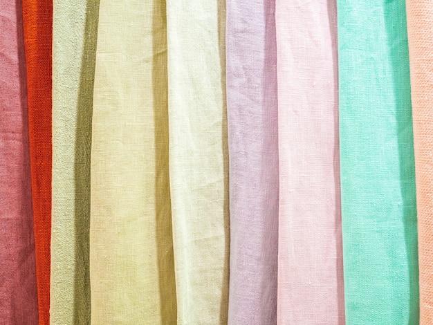 Des échantillons de tissus naturels colorés se bouchent