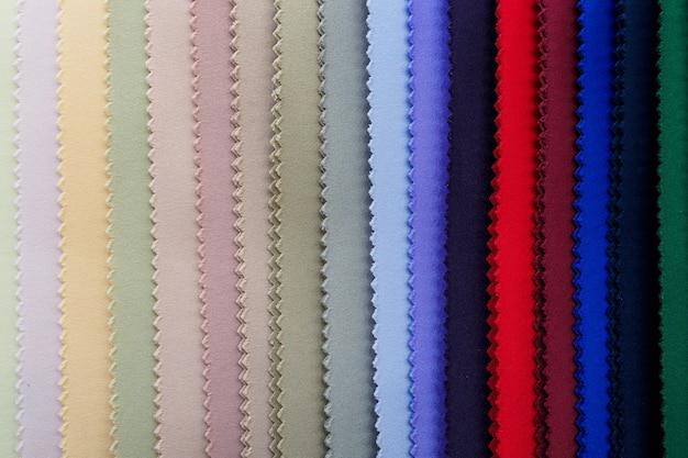 Échantillons de tricot multicolore en position verticale.