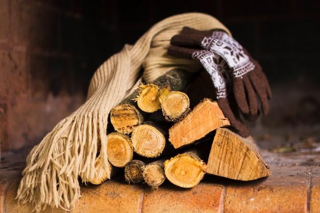 Echarpe et gants sur le bois de chauffage