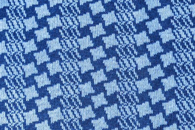 Écharpe texturée en laine tricotée aux tons bleu classique. couleur de l'année 2020.