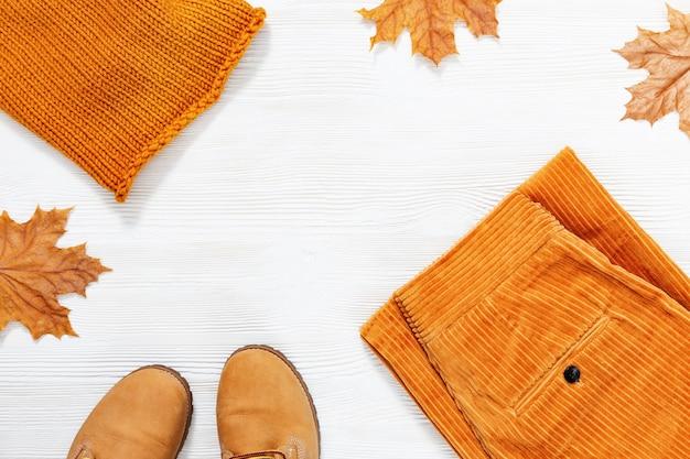 Écharpe tricotée orange, pantalon chaud en velours côtelé et chaussures