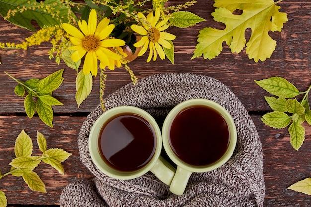 Écharpe tricotée avec tasse de thé chaud