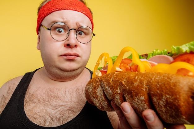 Échec de l'alimentation du gros homme mangeant de la restauration rapide
